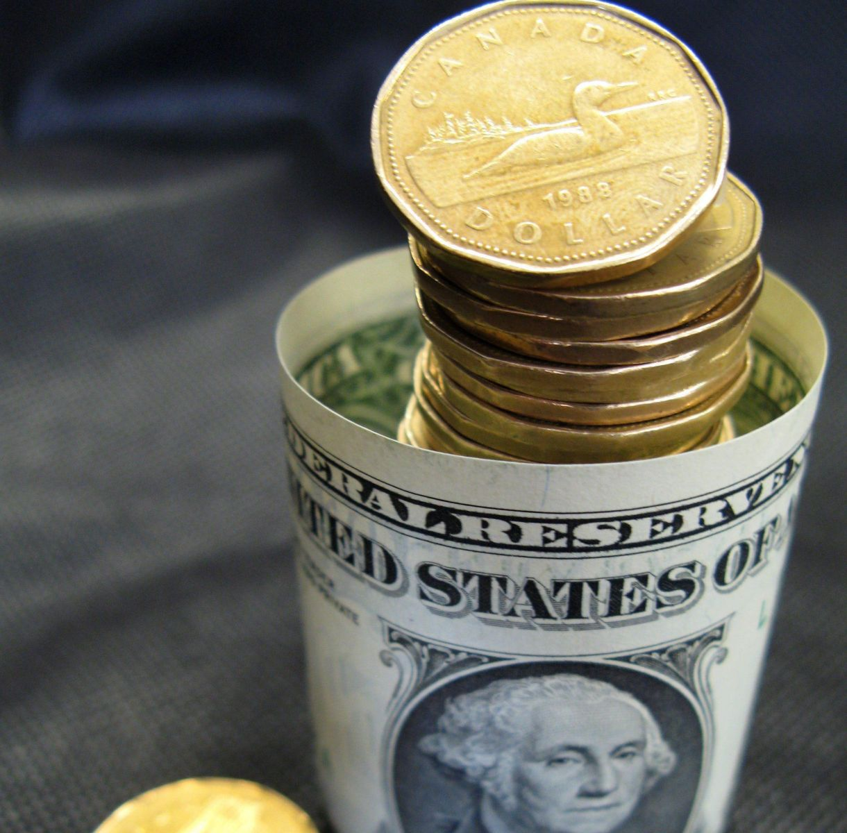 Dólar canadiense y peso mexicano, pierden valor por amenazas de Trump
